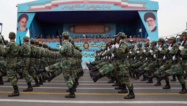 İran'da Ulusal Ordu Günü dolayısıyla başkent Tahran'da kara, deniz, hava ve özel birliklere bağlı askerler geçit töreni düzenledi.  - Sputnik Türkiye