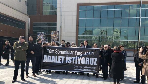 Tekirdağ'ın Çorlu ilçesinde geçen yıl meydana gelen tren kazasında yakınlarını kaybedenler, Çorlu Adliyesi'nde 'sessizlik eylemi gerçekleştirdi. - Sputnik Türkiye