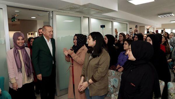 Cumhurbaşkanı Erdoğan, TÜRGEV yurdunu ziyaret etti  - Sputnik Türkiye