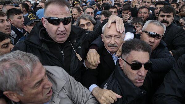 CHP Genel Başkanı Kılıçdaroğlu, Ankara'nın Çubuk ilçesinde şehit sözleşmeli piyade er Yener Kırıkcı'nın cenaze namazında bir grubun linç girişimine uğradı. - Sputnik Türkiye