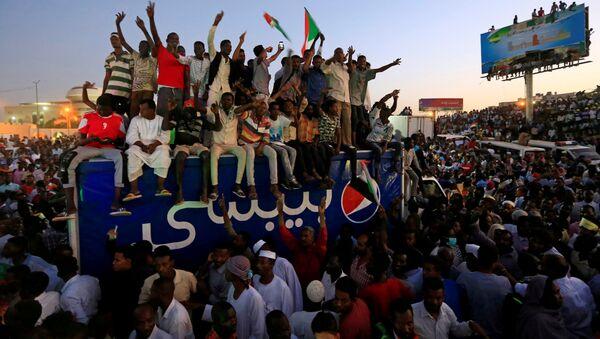 Sudan'ın başkenti Hartum'da savunma bakanlığı önünde binlerce protestocunun biraraya geldiği toplantının ardından Beşir rejiminin kalıntılarından oluşmakla suçladıkları Askeri Geçiş Konseyi ile temasları askıya aldıkları ve sivil bir geçiş konseyinin yönetime gelmesini istedikleri açıklandı. - Sputnik Türkiye