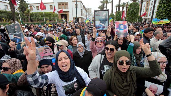 Hapis cezaları onanan Rif Hareketi liderleriyle dayanışma için Fas başkenti Rabat'ta düzenlenen yürüyüşe çok sayıda kadın katıldı. - Sputnik Türkiye