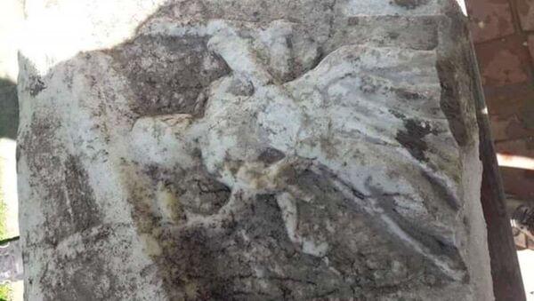 Balıkesir'in Susurluk ilçesinde kanalizasyon kazısı yapan işçiler, Roma dönemine ait olduğu tahmin edilen 6 lahit parçası buldu - Sputnik Türkiye