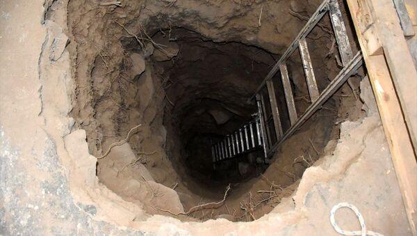Kayseri'de 2 şüpheli, kiraladıkları evin odasından yandaki medresenin eyvan kısmında gömülü olduğunu düşündükleri üç lahite ulaşmak için kazı yaparken suçüstü yakalandı. - Sputnik Türkiye