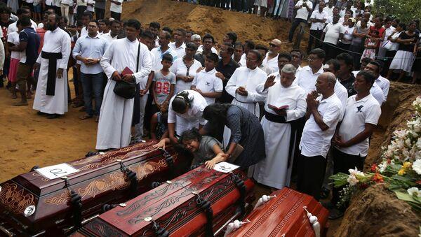 Sri Lanka'daki saldırılarda yaşamını yitirenler son yolculuğuna uğurlandı. - Sputnik Türkiye