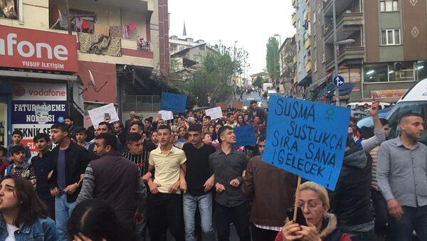 Küçükçekmece'de vatandaşlar, 5 yaşındaki kız çocuğunun cinsel istismara uğramasını yürüyüş yaparak protesto etti. - Sputnik Türkiye