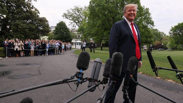ABD Başkanı Donald Trump  Beyaz Saray'dan çıkarken gazetecilerle sohbet etti. (26 Nisan 2019) - Sputnik Türkiye