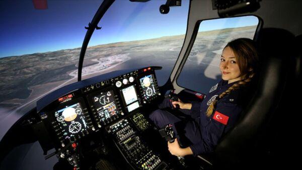 Türk Polis Teşkilatının ilk kadın helikopter pilotu Komiser Yardımcısı Elif Gökçe Erol, emniyetin faaliyetleri kapsamında gece gündüz gökyüzünde görev yapıyor. - Sputnik Türkiye