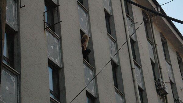Başkentte oturduğu binanın 5. katında bulunan evinin penceresine oturan kadın korku dolu anlar yaşattı. - Sputnik Türkiye