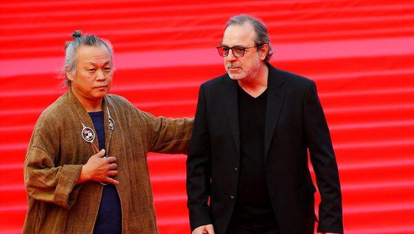 Rusya'nın başkenti Moskova'da, Türkiye'nin onur konuğu ülke olarak katıldığı 41. Uluslararası Moskova Film Festivali'nin kapanış töreni gerçekleştirildi. Törende, festivalin jüri üyeleri arasında yer alan Yönetmen Semih Kaplanoğlu (sağda) ve Güney Koreli Yönetmen Kim Ki-duk (solda), kırmızı halıda gazetecilere poz verdi. - Sputnik Türkiye