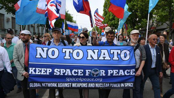 ABD'li aktivistlerden Kırım'da 'NATO'ya hayır' pankartı - Sputnik Türkiye