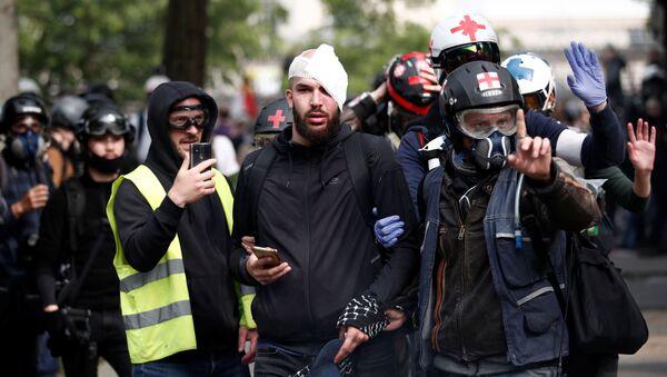 Yaralanan protestoculara ilk tıbbi müdahaleyi sokaklarda devriye gezen gönüllü sağlık ekipleri yaptı. - Sputnik Türkiye