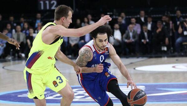 Anadolu Efes, THY Avrupa Ligi play-off'unda İspanya ekibi Barcelona Lassa'yı 80-71 yenerek seride durumu 3-2 yaptı ve Dörtlü Final'e yükseldi. - Sputnik Türkiye