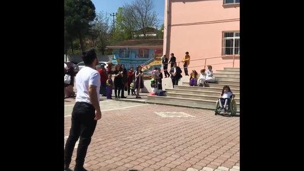 Öğretmen Çağlar Özdemir ile engelli öğrencisi Zeynep Uysal - Sputnik Türkiye