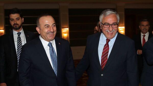 Dışişleri Bakanı Mevlüt Çavuşoğlu ve Kuzey Kıbrıs Cumhurbaşkanı Mustafa Akıncı - Sputnik Türkiye