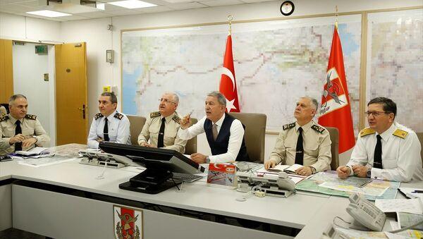 Milli Savunma Bakanı Hulusi Akar ile TSK'nin komuta kademesi, Silahlı Kuvvetler Komuta Harekat Merkezi'nden operasyonları sevk ve idare ederken - Sputnik Türkiye