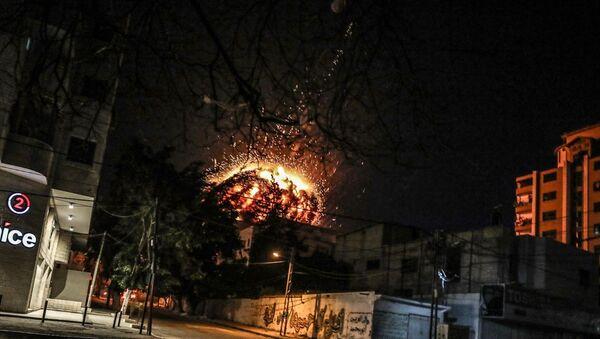 İsrail'den Gazze Şeridi'nde Anadolu Ajansı ofisinin de bulunduğu binaya hava saldırısı - Sputnik Türkiye