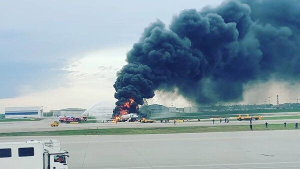 Aeroflot uçağı Şeremetyevo Havalimanı'na acil iniş yaparken alev aldı - Sputnik Türkiye