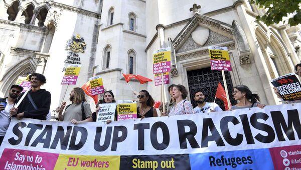 Aşırı sağcı İngiliz Savunma Ligi (EDL) kurucusu Tommy Robinson ve ırkçılık karşıtı protesto - Sputnik Türkiye