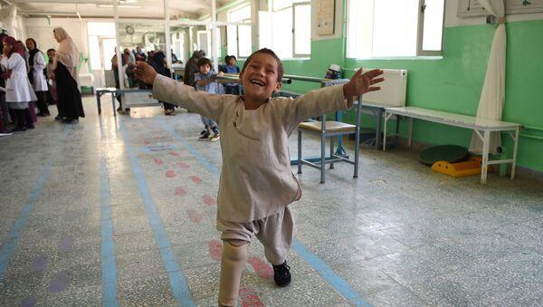 Afganistan'da tek bacağını kaybedeb 5 yaşındaki Ahmed Rahman'a yeni protez bacak takıldı. - Sputnik Türkiye
