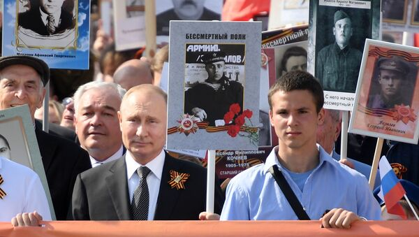 Vladimir Putin 'Ölümsüz Alay' yürüyüşünde - Sputnik Türkiye
