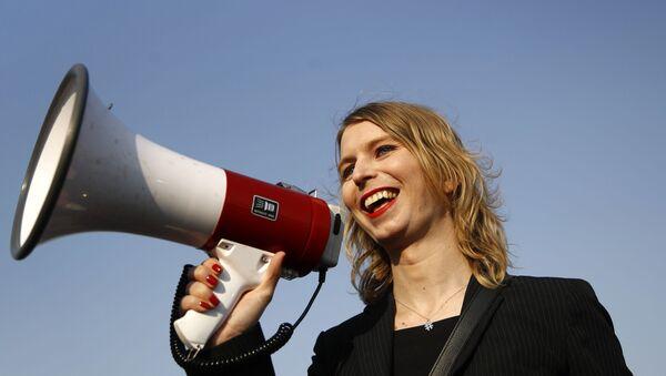 ABD'nin askeri ve diplomatik sırlarını WikiLeaks ile paylaşan eski ordu istihbarat analisti Chelsea Manning - Sputnik Türkiye