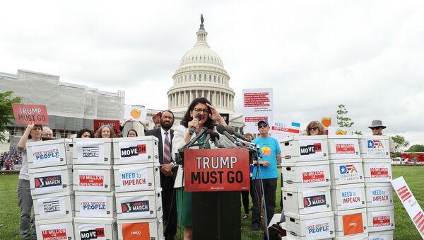 ABD Başkanı Donald Trump'ın 'görevini kötüye kullandığı' gerekçesiyle görevinden alınması amacıyla toplanan 10 milyon imza Kongre'ye sunuldu. - Sputnik Türkiye