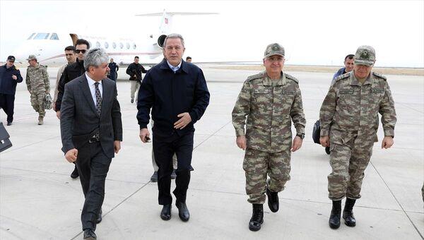 Hulusi Akar ve komutanlar sınır hattında - Sputnik Türkiye