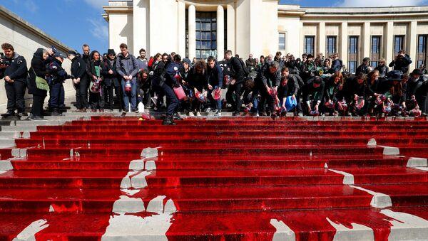 Biyoçeşitliliğin büyük bir hızla yok olmasını protesto eden çevreciler, Fransa'nın başkenti Paris'in en önemli turistik noktalarından biri olan Trocadero meydanındaki merdivenlere sahte kan döktü. - Sputnik Türkiye