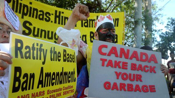 Filipinliler, Kanada tarafından ülkelerine bırakılan çöpleri protesto ediyor. - Sputnik Türkiye