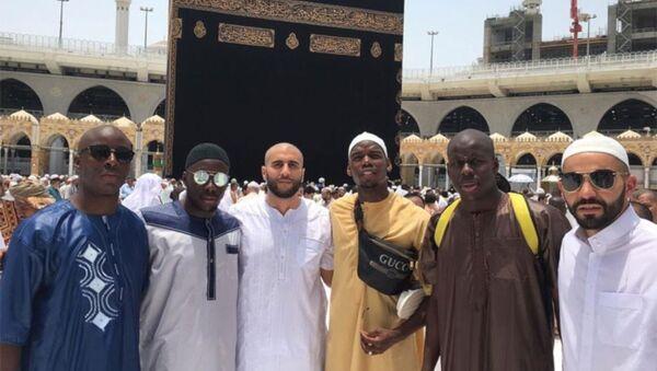 Manchester Unitedlı yıldız futbolcu Paul Pogba, umre ziyaretinde çektiği fotoğrafı sosyal medya hesabından paylaştı. - Sputnik Türkiye