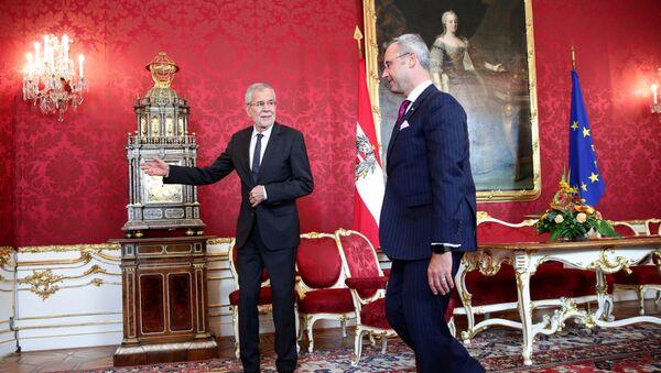 Avusturya'da hükümetin çökmesinin ardından parti liderleriyle görüşmeler yürüten Cumhurbaşkanı Alexander van der Bellen, FPÖ lideri olması kesinleşen Norbert Hofer'i ağırlarken - Sputnik Türkiye