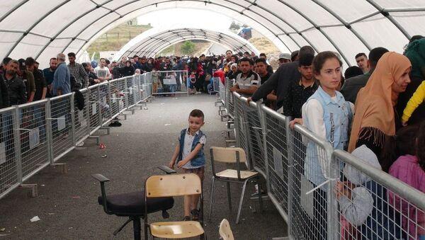 Ramazan Bayramı ziyareti için 4 günde 3 bin Suriyeli, işlemlerinin ardından Kilis'teki Öncüpınar Sınır Kapısı'ndan ülkesine geçiş yaptı. - Sputnik Türkiye