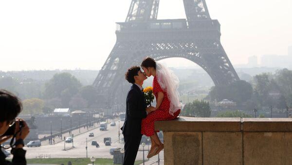 Paris manzarası: Eyfel'e bakan Trocadero'da öpüşen bir çift - Sputnik Türkiye