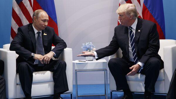 Rusya Devlet Başkanı Vladimir Putin ve ABD Başkanı Donald Trump 2017'de Hamburg'da gerçekleştirilen G20 zirvesi kapsamında ilk kez yüz yüze görüştü. - Sputnik Türkiye