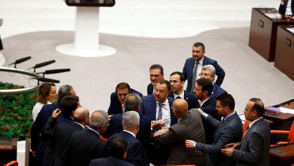 TBMM Genel Kurulu'nda CHP'nin önergesi üzerine görüşmeler sürerken, CHP Kahramanmaraş Milletvekili Ali Öztunç ile AK Parti Isparta Milletvekili Recep Özel arasında tartışma yaşandı. Kendisinin tehdit edildiğini söyleyen Öztunç, Özel'den özür dilemesini istedi. Bunun üzerine Genel Kurul'da tartışma yaşandı. Tartışmanın uzaması üzerine TBMM Başkanvekili Mithat Sancar birleşime ara verdi. - Sputnik Türkiye