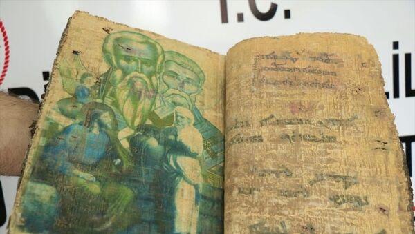 Diyarbakır'da 1400 yıllık olduğu tahmin edilen, deri kapaklı papirüs kağıdına yazılı, 36 sayfadan oluşan dini motifli kitabı satmaya çalışırken suçüstü yakalanan 6 şüpheli hakkında soruşturma başlatıldı. Ele geçirilen kitap muhafaza altına alındı. - Sputnik Türkiye