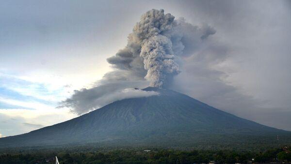 Endonezya'da Agung Yanardağı'nda patlama - Sputnik Türkiye