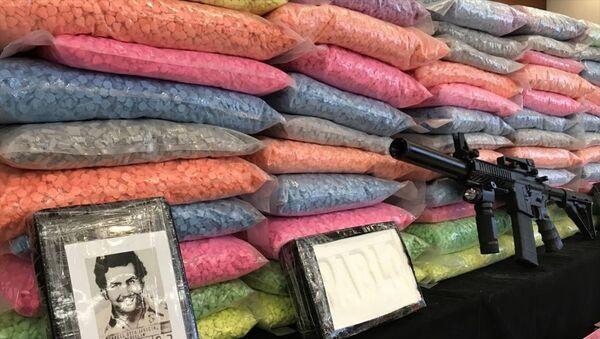 Küçükçekmece'de durdurulan bir aracın hava yastığında bulunan kokain paketinde uyuşturucu baronu Pablo Escobar'ın fotoğrafının da yer aldığı görüldü. - Sputnik Türkiye