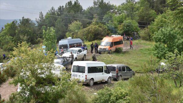 Samsun'un Vezirköprü ilçesinde 1.5 yaşındaki Ecrin Kurnaz'ın kaybolduğu köye yaklaşık bir kilometre uzaklıkta ormanlık arazideki dere yatağında küçük çocuğa ait olduğu düşünülen ayakkabı ile ceset parçaları bulundu. - Sputnik Türkiye