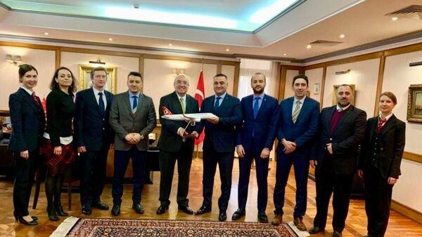 Türk Hava Yolları (THY) Rusya Müdürü Turan Yardımcı ve çalışanları Türkiye'nin Moskova Büyükelçisi Mehmet Samsar'ı ziyaret etti. - Sputnik Türkiye