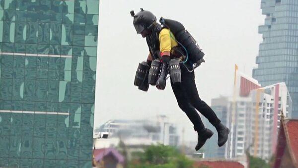 'Süper kahraman kostümü' ile havada böyle uçtu - Sputnik Türkiye