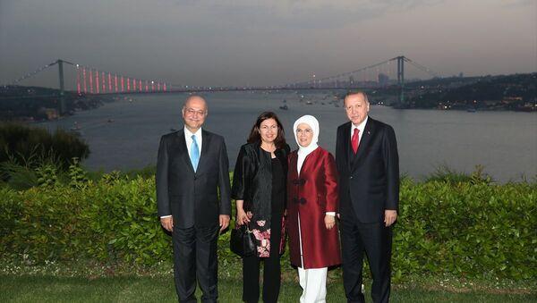 Türkiye Cumhurbaşkanı Recep Tayyip Erdoğan, Vahdettin Köşkü'nde Irak Cumhurbaşkanı Berham Salih ile görüştü. Görüşme sonrası Cumhurbaşkanı Erdoğan Irak Cumhurbaşkanı Berham Salih onuruna iftar yemeği verdi. İftara Cumhurbaşkanı Erdoğan'ın eşi Emine Erdoğan ve Irak Cumhurbaşkanı Salih'in eşi Sarbagh Salih de katıldı. - Sputnik Türkiye