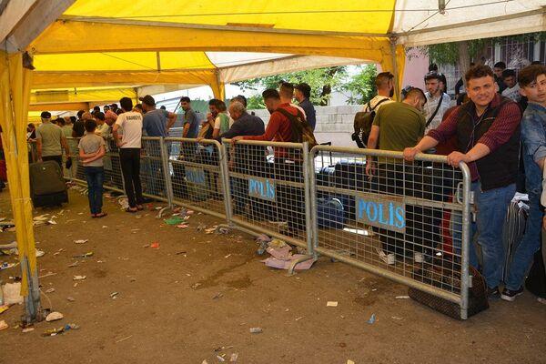 Bayram ziyareti için ülkesine geçiş yapan Suriyeliler - Sputnik Türkiye