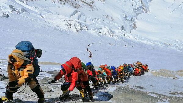 Людская пробка при восхождении на Эверест  - Sputnik Türkiye