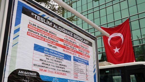 Konya'nın Beyşehir ilçesinin bağımsız belediye başkanı Adil Bayındır, belediyenin borç tablosunu ilçedeki billboardlara astırdı - Sputnik Türkiye