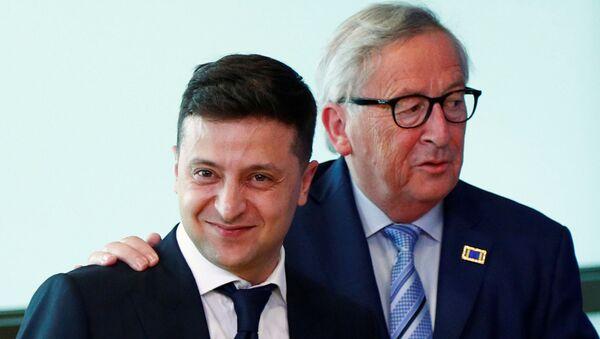 Ukrayna devlet başkanı seçilmesinden 1.5 ay sonra Brüksel'e giden Zelenskiy, Avrupa Komisyonu Başkanı Juncker tarafından samimi şekilde karşılandı. - Sputnik Türkiye