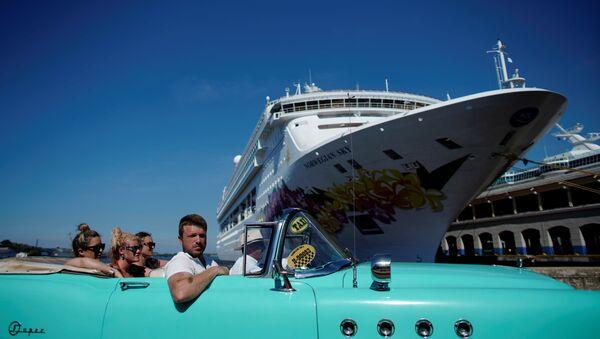 Havana'ya demirleyen cruise gemilerinden inen turistler nostaljik otomobillerle şehir turu atarken - Sputnik Türkiye
