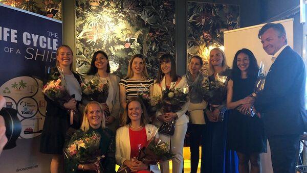 Norveç'te denizcilik sektöründe küresel alanda uluslararası başarı göstermiş 40 yaş altı genç kadın profesyonelin seçildiği İzlenecek 10 Başarılı Kadın listesinde bu yıl 2 Türk yer aldı. Başkent Oslo'da düzenlenen etkinlikte, listeye girmeye hak kazanan Ayşe Aslı Başak'a çiçek takdim edildi. - Sputnik Türkiye