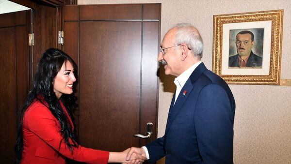 """CHP Genel Başkanı Kemal Kılıçdaroğlu, """"Çocuklar ölmesin"""" dediği için 'terör örgütü propagandası' suçlamasıyla hapis cezası alan ve daha sonra tahliye edilen öğretmen Ayşe Çelik'i kabul etti. - Sputnik Türkiye"""